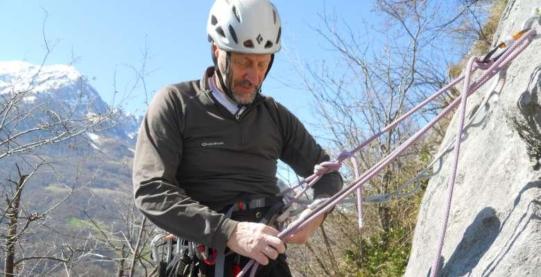 preparazione discesa in corda doppia durante il corso di manovre e sicurezza in arrampicata su roccia