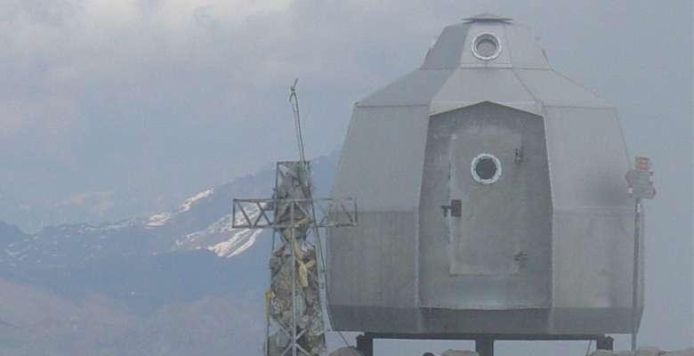 La curiosa struttura del bivacco posto sulla cima della Grignetta
