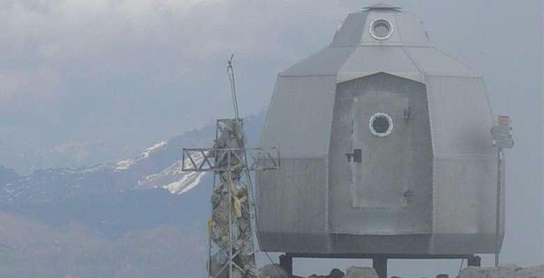 Il curioso bivacco posto sulla cima della Grignetta.