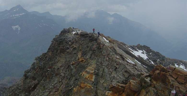 Il tratto di cresta attrezzato per giungere al Rifugio Quintino Sella