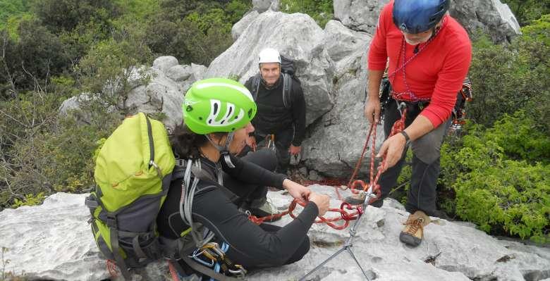preparazione di una sosta, durante il corso di manovre e sicurezza in arrampicata su roccia