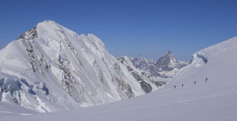 scialpinismo: salendo verso la Capanna Margherita , con alle spalle i Lyskamm e il Cervino