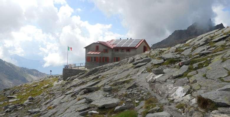 Il rifugio Ponti, base di partenza per la salita al Monte Disgrazia