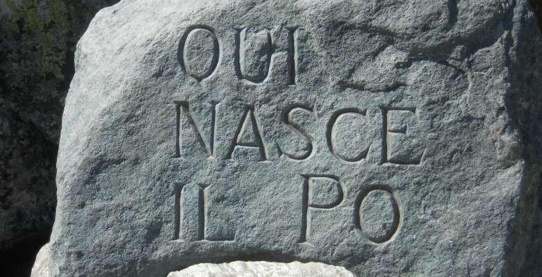 la pietra scolpita che indica le sorgenti del Po, incontrate poco dopo la partenza del Tour del Monviso