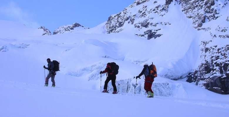 """verso la """"schiena d'asino"""", lungo la salita con gli sci al Gran Paradiso"""